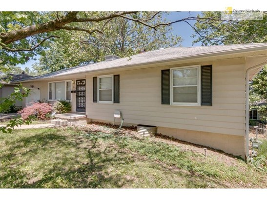 Great home, Great Neighborhood! Front of home has vinyl side -easy maintenance, Great Perennials (photo 1)
