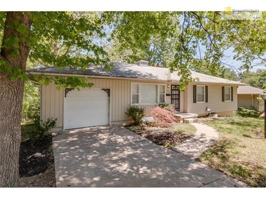 Freshly Updated - True Ranch home, 1 car garage, 3 bdrms on the main, 2 addition bdrms or play rooms on the lower level, Full finished basement 2 1/2 bath, Formal Liv/Din area, Large RecRoom (photo 3)