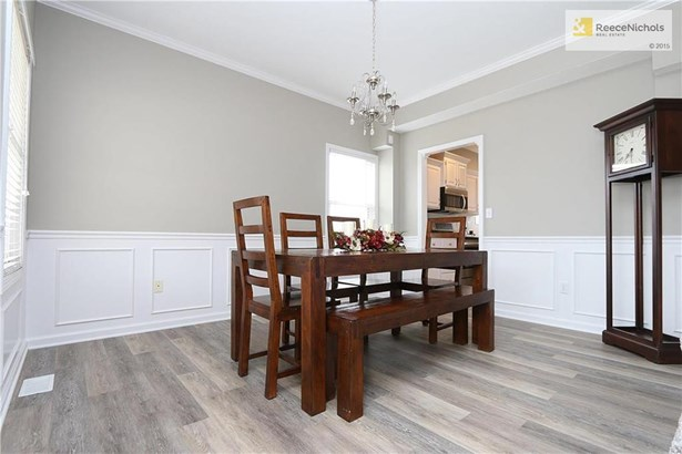 Formal dining room. New light fixture, great size for any size dining table or could be made into a home office! (photo 3)