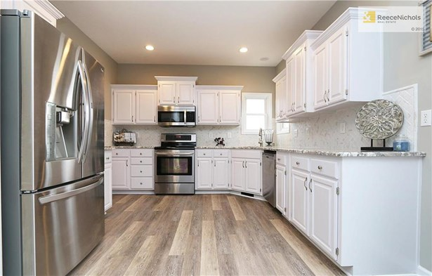 Newly remodeled kitchen. Stainless steel appliances, refinished cabinets, new flooring, top of the line granite and gorgeous back splash! (photo 4)