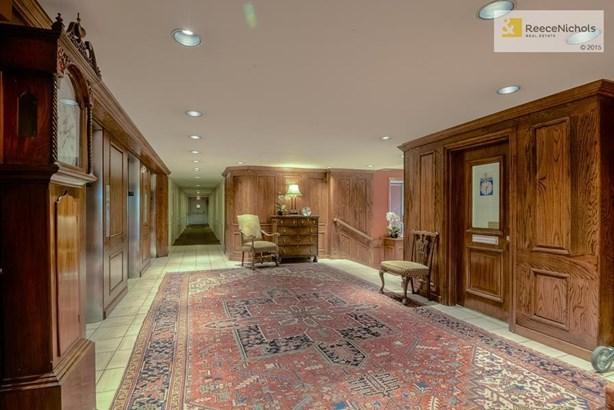 Elegant entry lobby. (photo 4)