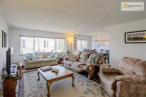 Light, bright and large living room. (photo 5)