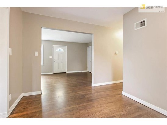 Open with easy flow between living spaces (photo 4)