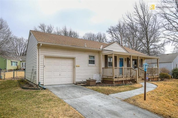 Lovely move in ready home on a quiet street in great Roeland Park location! (photo 1)