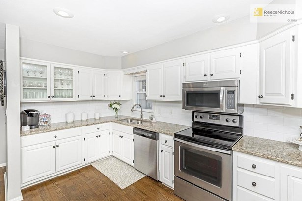 Cabinets and countertops galore would make this a prize winning kitchen. (photo 4)