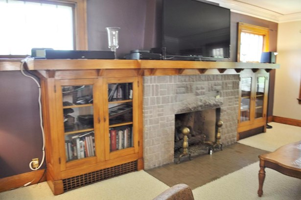 Fireplace with bookshelves (photo 5)