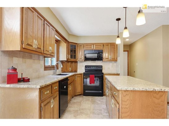 Large kitchen with granite counters & island. (photo 5)