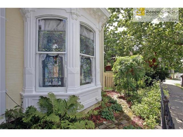 Beautiful bay window allows sunshine in from all directions. (photo 3)