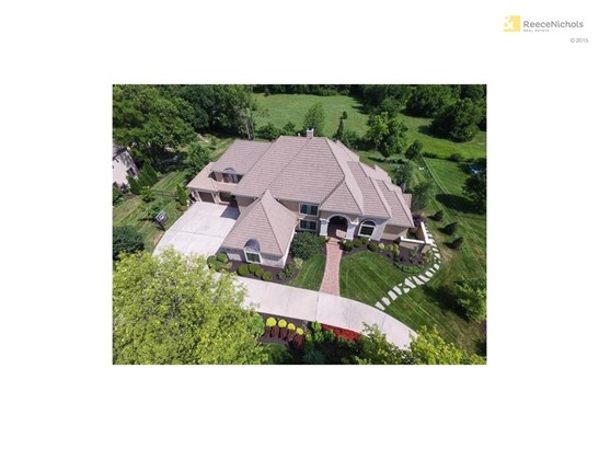 This home is a rare find in sought after Leawood! (photo 1)