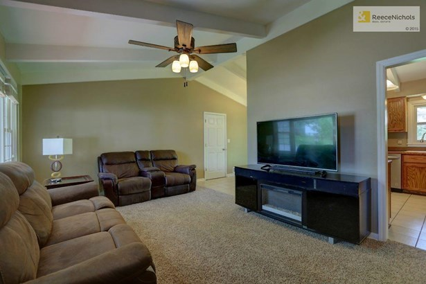 Large Family Room with NEW carpet and vaulted ceilings (photo 3)