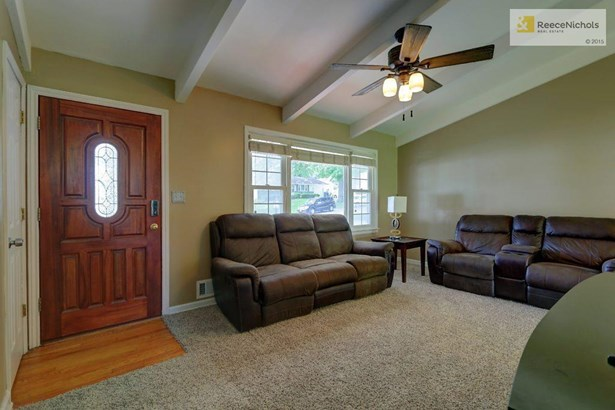 Natural light flows into this awesome Family Room (photo 4)