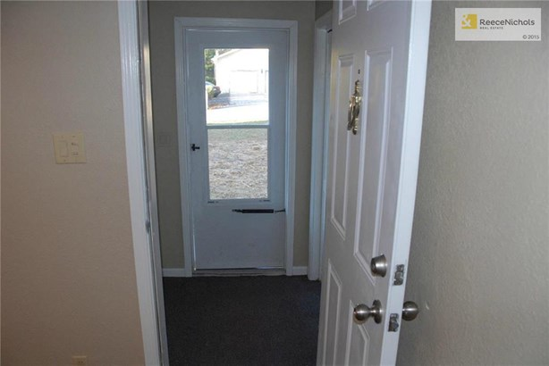 Enter into this vestibule, and then into the living space (photo 4)