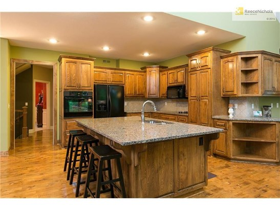 Nice built ins and tons of counter space. (photo 4)