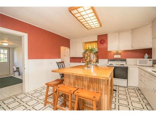 Quaint kitchen with big island. (photo 5)