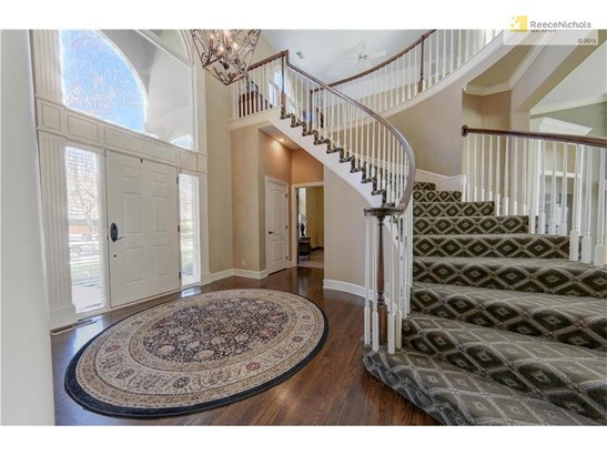 Beautiful  font entry with sweeping staircase (photo 3)