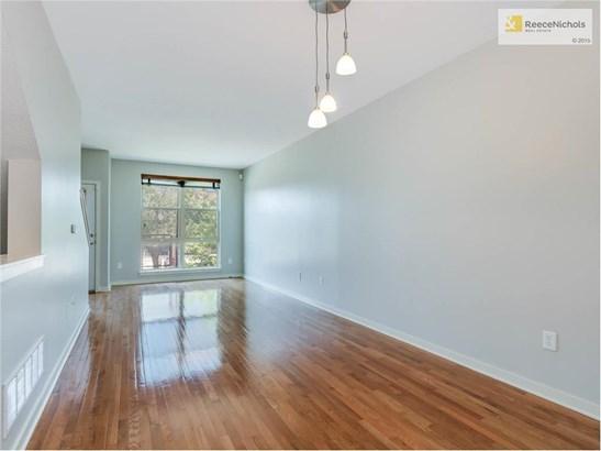 Gleaming hardwood floors (photo 2)