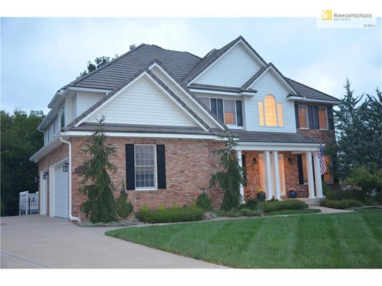 Stately appearance, beautiful landscaping, and a perfect lot! (photo 1)