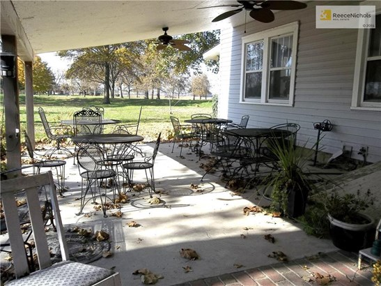 Large covered patio for entertaining family and friends. (photo 5)