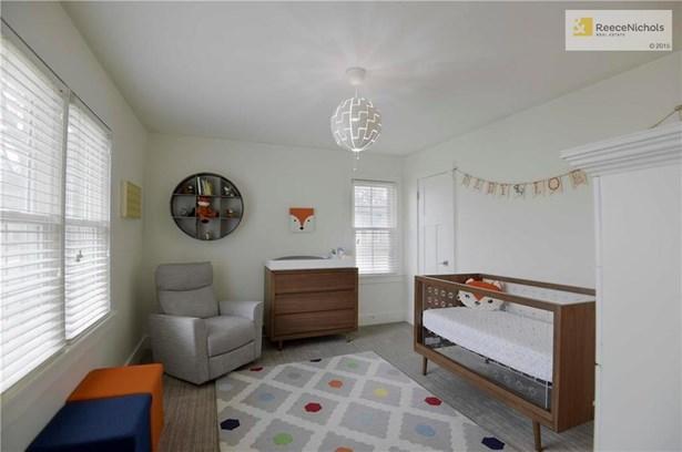 3rd bedroom w/ adjoining full bath & walk in closet. (photo 2)