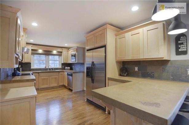 Spacious, updated kitchen w/ ss appliances. (photo 4)