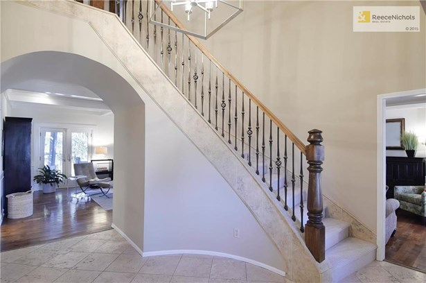 Grand Entry with Sweeping Staircase. (photo 3)