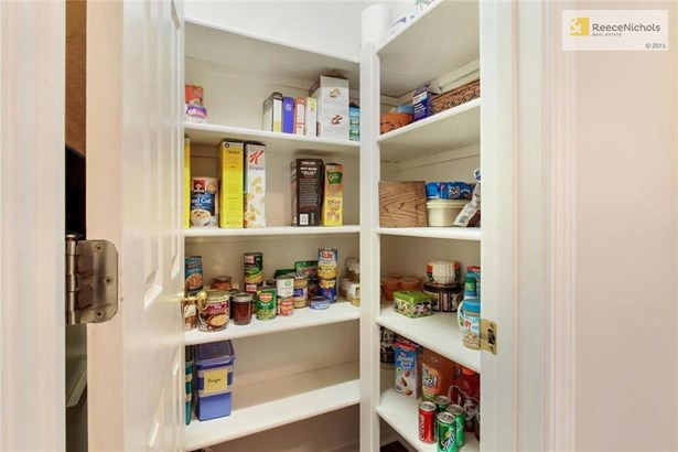 Large kitchen pantry for all your storage needs (photo 4)