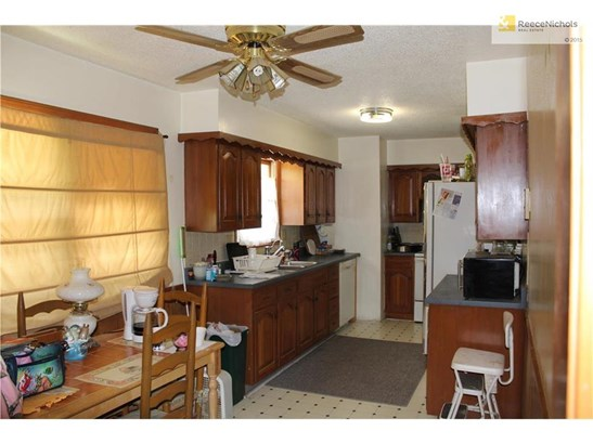 L shaped kitchen with large eat-in dining area. (photo 3)