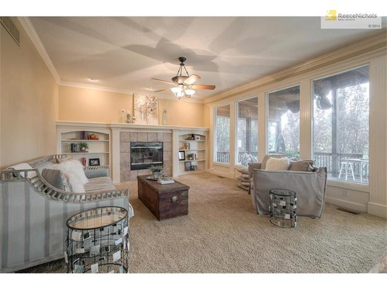 Large family room with great built in's (photo 4)
