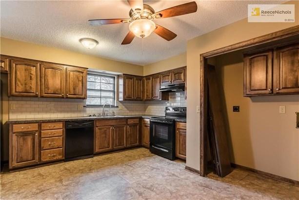 Beautiful kitchen cabinets and laundry area (photo 2)