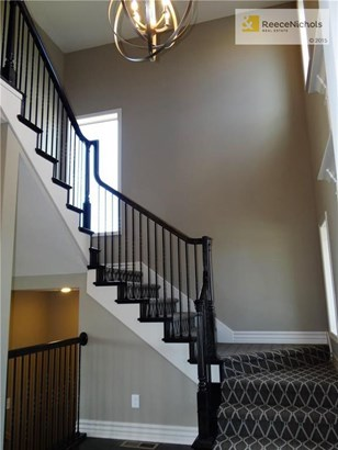 Staircase with sculptured carpet. (photo 4)
