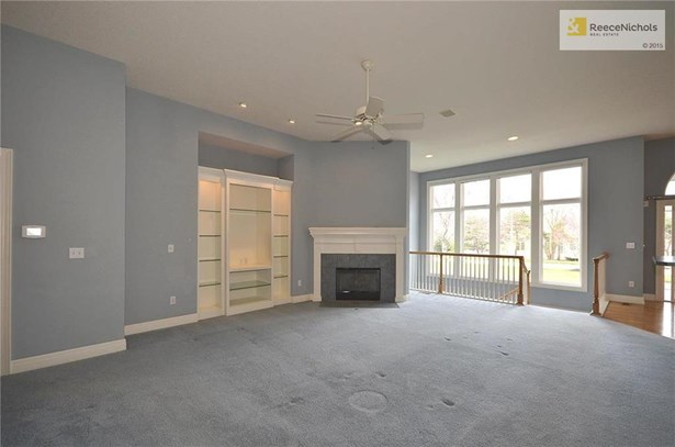 Large living room with custom built-ins (photo 3)