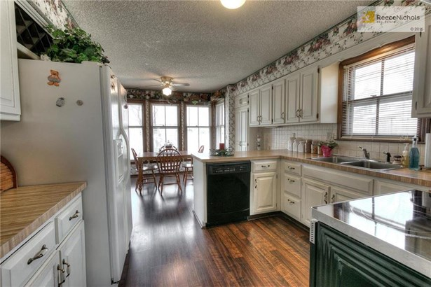 Well equipped kitchen with lots of cabinets (photo 3)