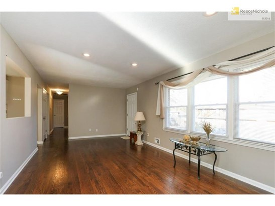 Awesome hardwood flooring thru out the home! (photo 4)
