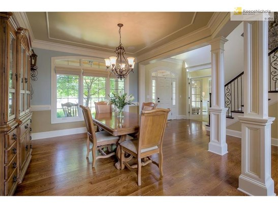Lovely open floor plan meticulously maintained (photo 2)