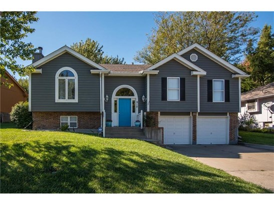 Welcome to 910 SW Foxtail Drive.  You won't believe the space in this wonderful home! (photo 1)
