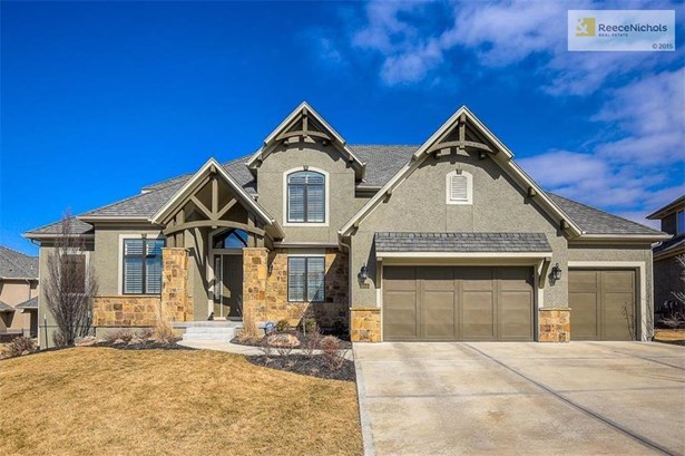 Large Estate home on a cul-de-sac and short walking distance to elementary school. South facing front driveway so your snow/ice melts! (photo 1)