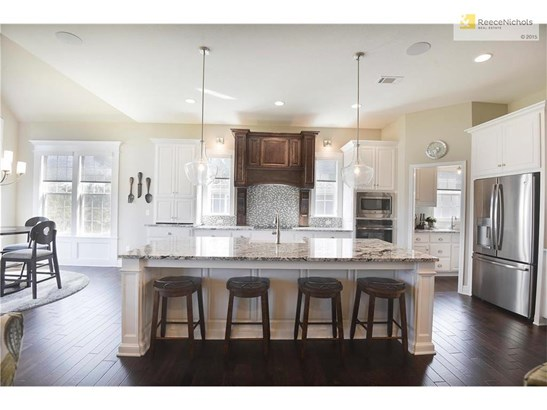 BEAUTIFUL KITCHEN WITH OVERSIZED ISLAND, FARMHOUSE SINK AND SS APPLIANCES (photo 4)
