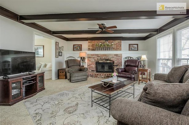 Brick fireplace and built-ins in Great room. (photo 3)
