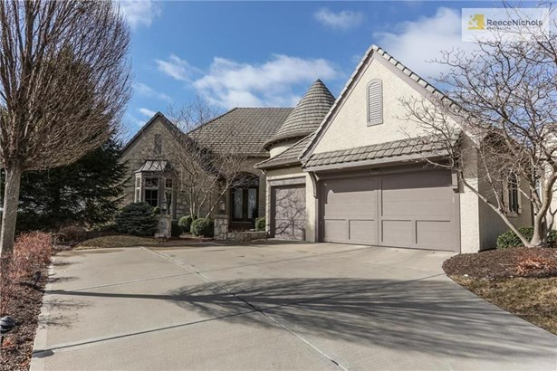 Large driveway for easy turns, side entry garage, concrete tile roof, cul-de-sac lot, what's not to love? (photo 2)