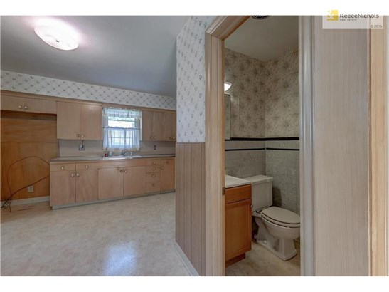 Half Bath between Family Room and Kitchen (photo 4)