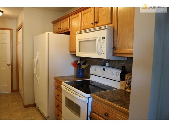 All kitchen appliances stay. (photo 3)