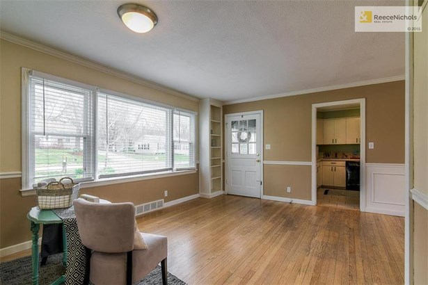 Great view to show proximity of kitchen (photo 4)