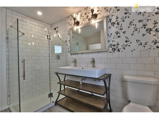 Custom Vanity, Designer Lighting, Euro Spa Shower! (photo 5)