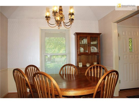 Formal dining right off foyer with vaulted ceiling and wood laminate flooring (photo 4)