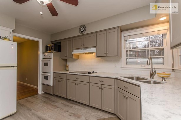 Quartz countertops, subway tile and updated cabinets (photo 5)