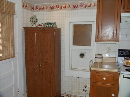 Space for stackable washer/dryer (photo 4)