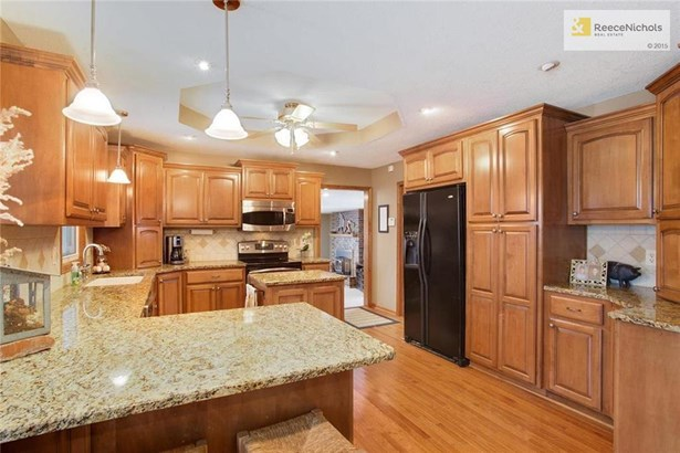 Updated Kitchen With Maple Cabinets, Granite & Stainless Steel Appliances (photo 2)