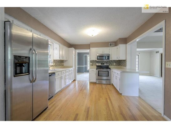 Freshly updated eat-in kitchen with stainless steel appliances (photo 4)