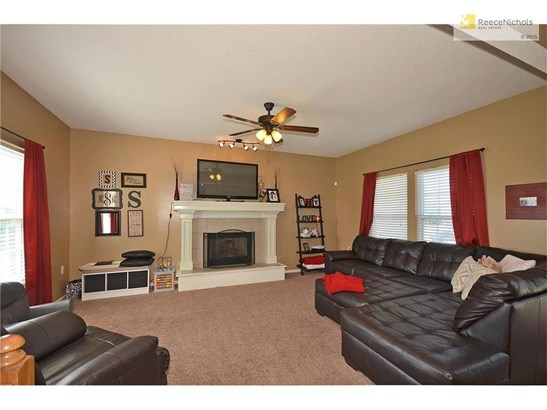2 inch blinds, ceiling fan and roomy enough to hold a large sectional (photo 5)