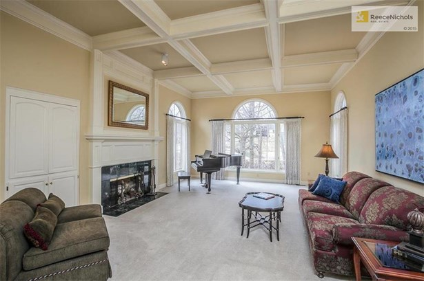 Light filled great room with golf views. (photo 4)